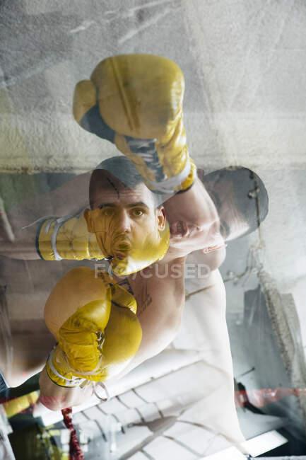 Boxer mit gelben Handschuhen steht am Ring und fühlt sich während des Kampfes schlecht. — Stockfoto