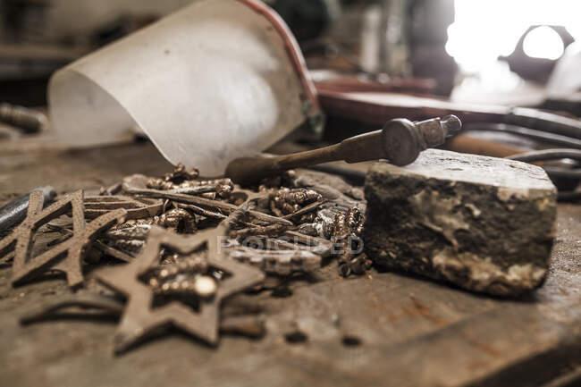 Підлаштування заліза ковадло молоток і маска на стіл коваля — стокове фото