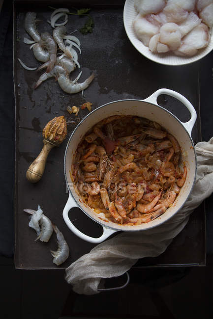 Горшок вкусные морепродукты готовым блюдом на столе — стоковое фото