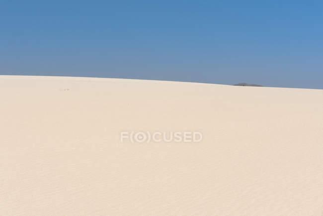 Dunes de sable infinies et ciel bleu, Îles Canaries — Photo de stock