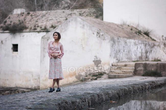 Attraente giovane donna in camicetta rosa e gonna a pieghe — Foto stock