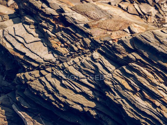 Von oben raue Gesteinsstruktur im Sonnenlicht. — Stockfoto