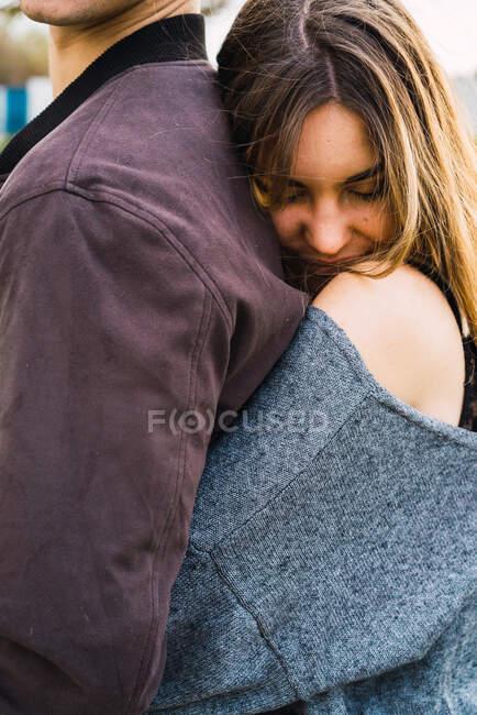 Любляча пара обійнялася на вулиці — стокове фото