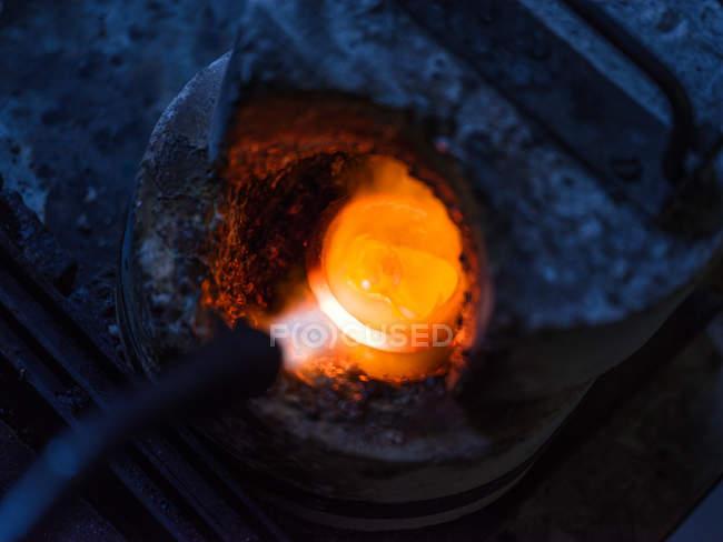 Gros plan sur le chauffage métallique de l'usine de bijoux — Photo de stock