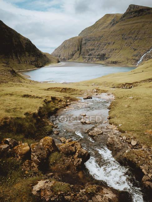 Lago e verde pitorescas colinas, Ilhas Feroe — Fotografia de Stock