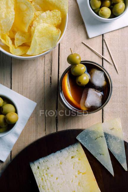 Cocktail und Snacks serviert auf Holztisch — Stockfoto