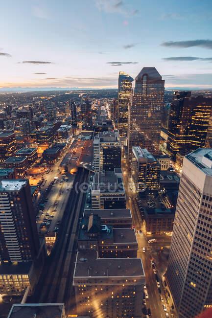 Vista dall'alto della moderna infrastruttura cittadina con torri di grattacieli sotto il cielo blu crepuscolo, Canada — Foto stock