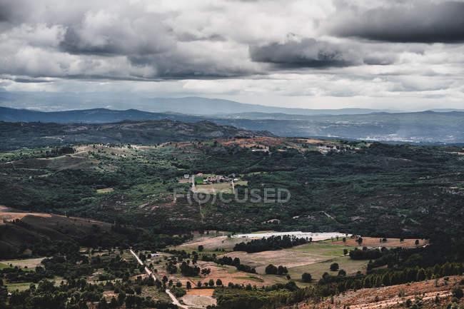 Vue par drone de nuages épais flottant sur de belles collines verdoyantes en Galice, Espagne — Photo de stock