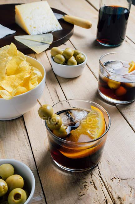 Cocktails und Snacks auf Holztisch serviert — Stockfoto