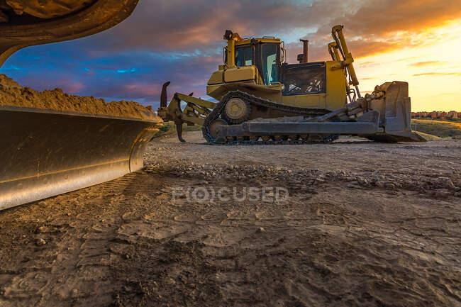 Bulldozer na beira da estrada da estrada não pavimentada — Fotografia de Stock