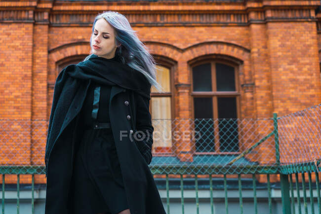Vogue-Frau im schwarzen Mantel — Stockfoto