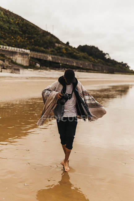Personne marchant sur la côte humide — Photo de stock