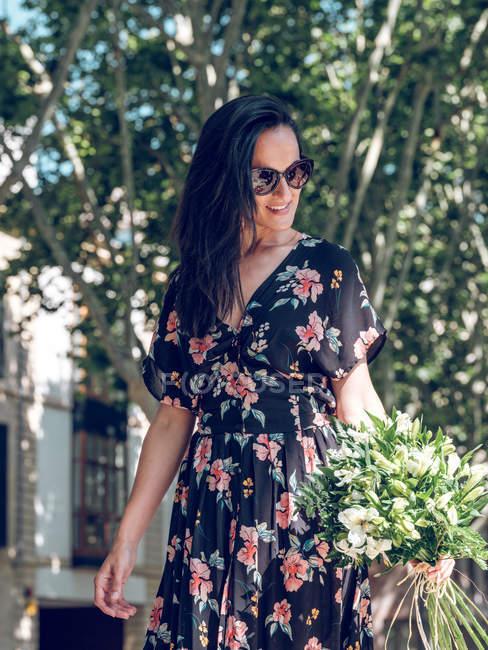 Attraktive Frau mit Blumenstrauß — Stockfoto