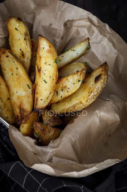 Or les frites Français croquants sur papier — Photo de stock
