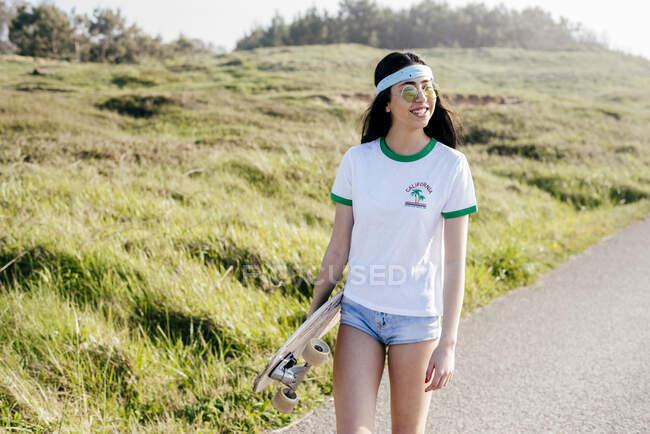 Стильная девочка-подросток с длинным пансионом летом — стоковое фото