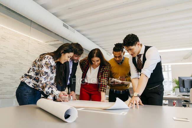 Група офісів працює з кресленнями — стокове фото