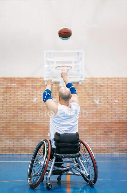 Неповносправні спортсмени під час гри в баскетбол. — стокове фото
