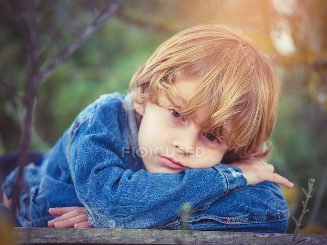 Мальчик лежит на борту — стоковое фото