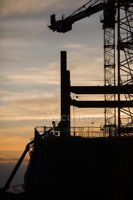 Silhouette der Baustelle im Hintergrund des Sonnenuntergangs — Stockfoto