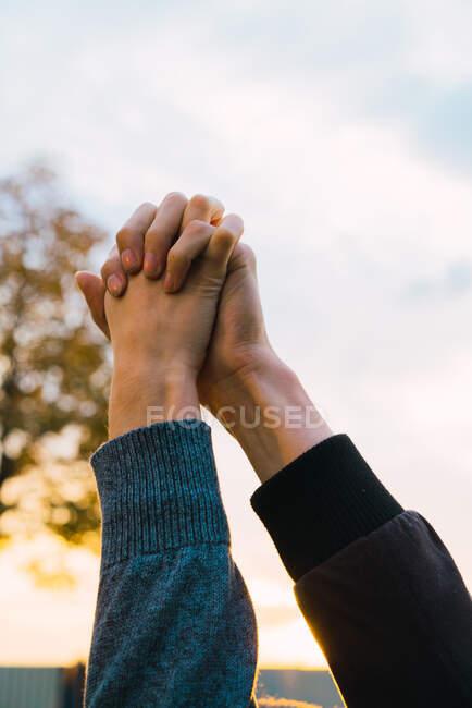 Щаслива пара на заході сонця. — стокове фото