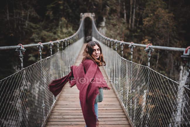 Jovem mulher na ponte suspensa — Fotografia de Stock