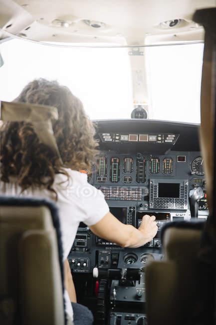 Mulher morena confiante navegando avião — Fotografia de Stock