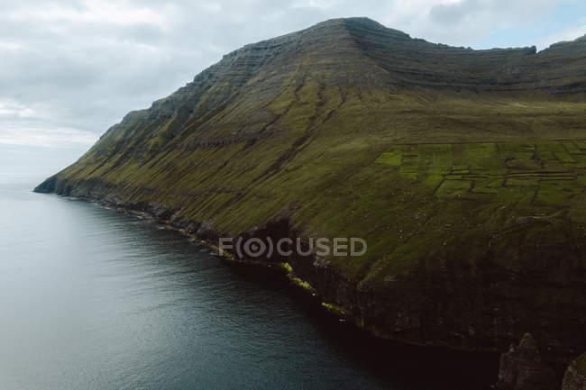 Океан и зеленые живописные скалы на Фарерские острова — стоковое фото