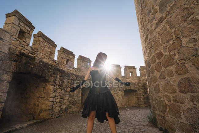 Рыжая средневековая девушка позирует вместе замок — стоковое фото