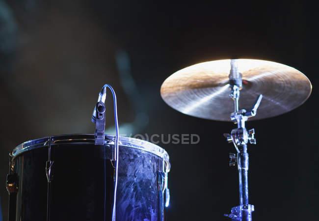 Professionelles Drum-Kit mit Mikrofon auf der Bühne während der Musikshow — Stockfoto