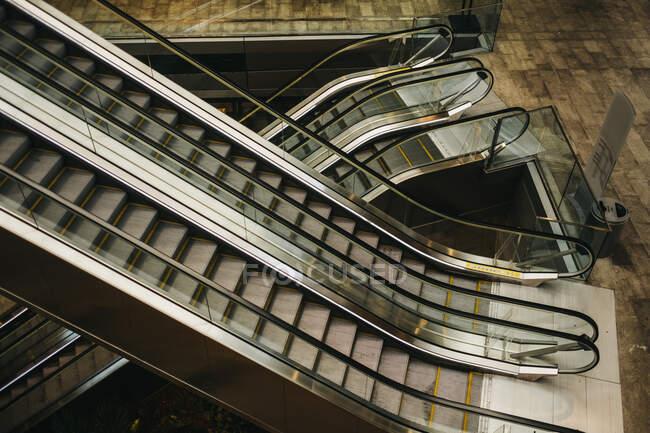Сверху снимок движущихся лестниц внутри современного здания в Майами — стоковое фото