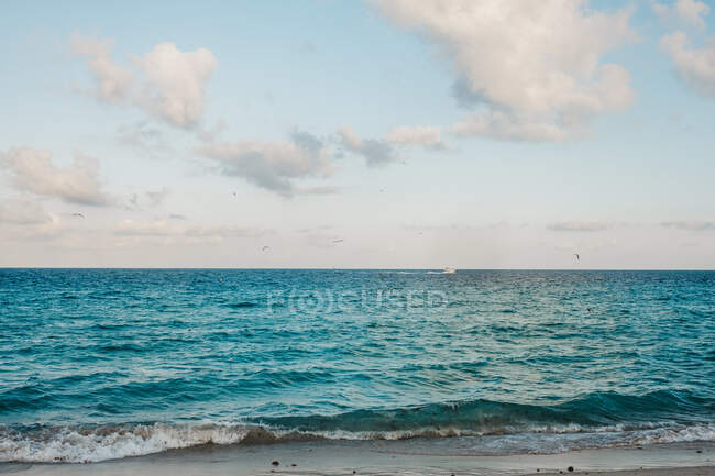 White clouds floating on sky over amazing waving sea in Miami — Stock Photo