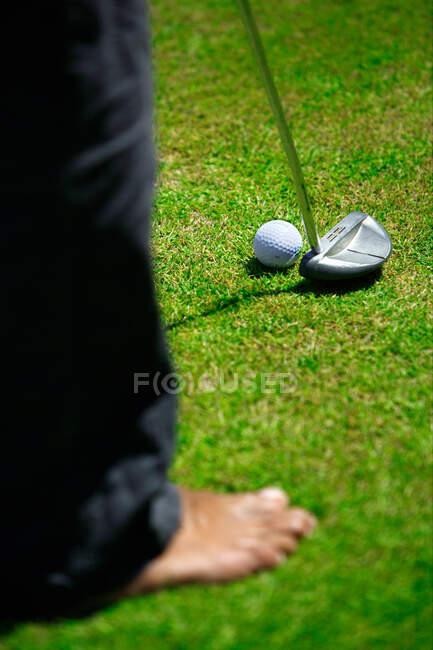 Mann spielt Golf auf Rasen — Stockfoto