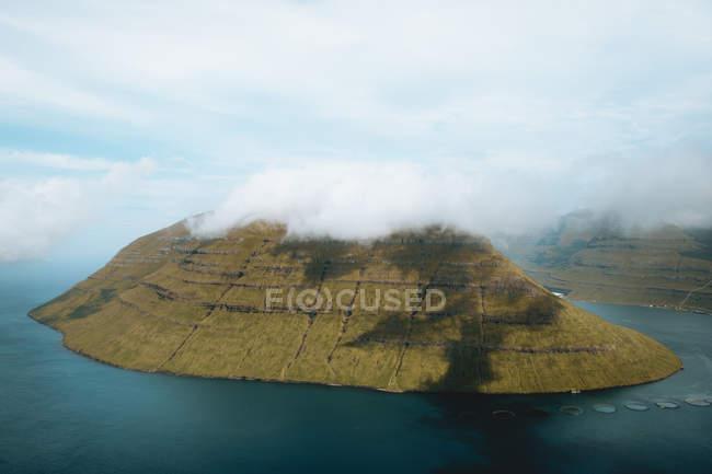 Vista pittoresca di calmare oceano blu e piccola isola verde, Isole Faroe — Foto stock