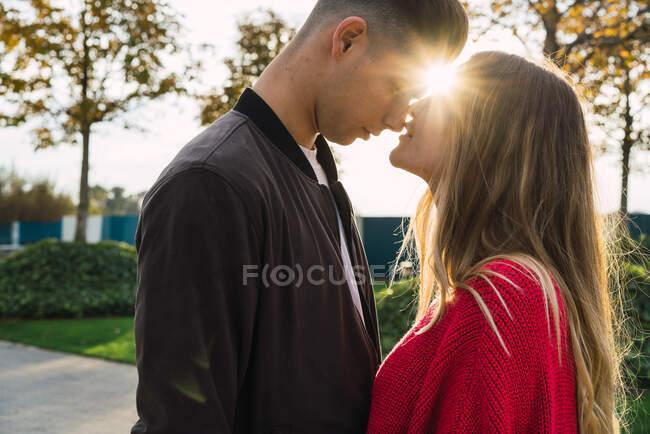 Couple doux embrasser avec rétro-éclairé — Photo de stock