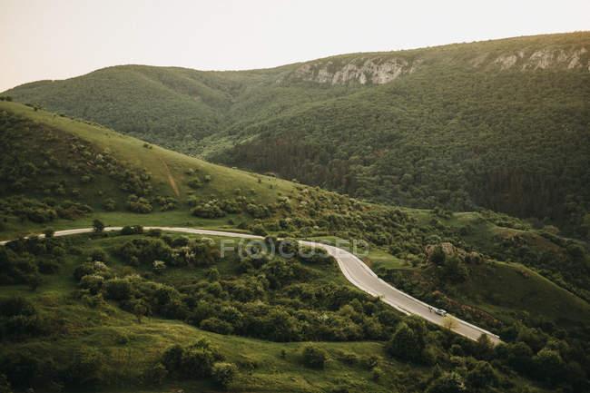 Vue imprenable sur le soleil brillant sur les belles montagnes et la vallée pittoresque — Photo de stock