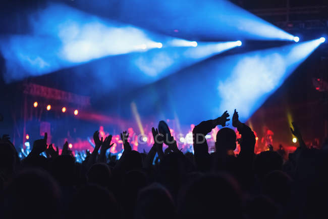 Anonyme Menschen halten Hände hoch und jubeln, während Sie Zeit auf erstaunliche Musik-Show verbringen — Stockfoto