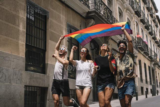 Група друзів з прапором гей-гордості в місті Мадрид. — стокове фото
