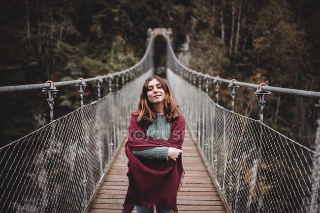 Девушка на висячем мосту — стоковое фото