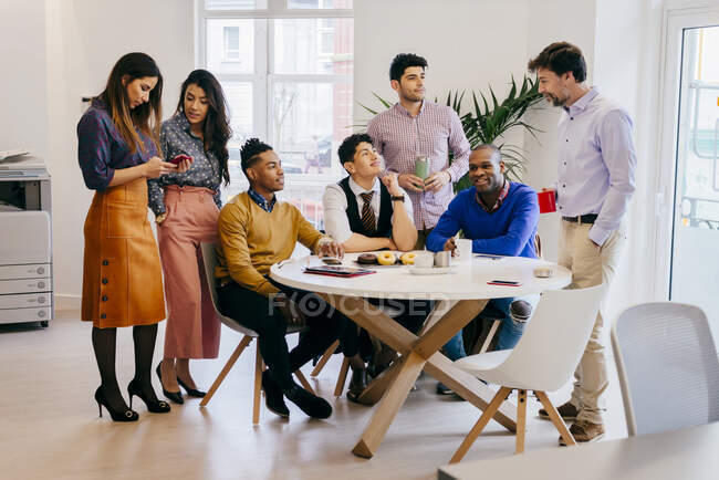 Група людей на зустрічі — стокове фото