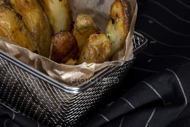 Or les frites Français croquants sur papier en grille métallique — Photo de stock