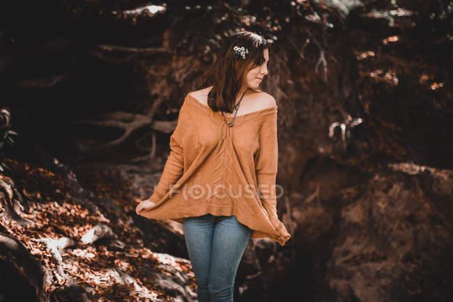 Милая женщина рядом с лесным ручьем — стоковое фото