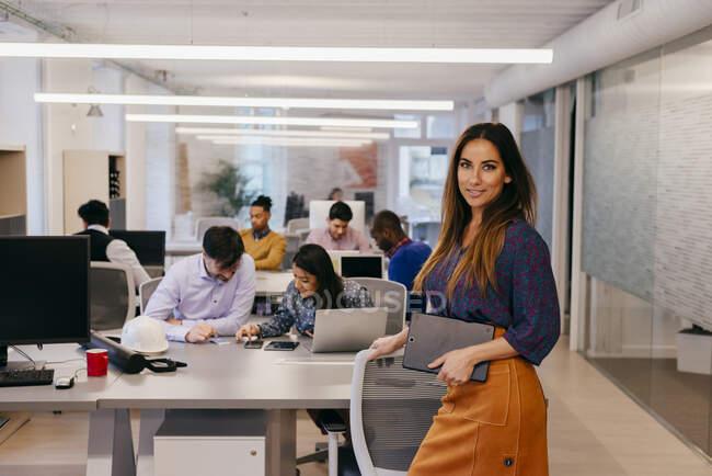 Donna sorridente in ufficio — Foto stock