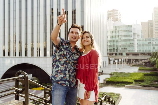 Felice uomo e donna per strada — Foto stock
