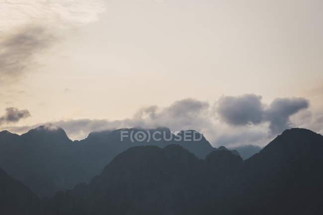 Silhouette von Bergen und bewölktem Himmel — Stockfoto