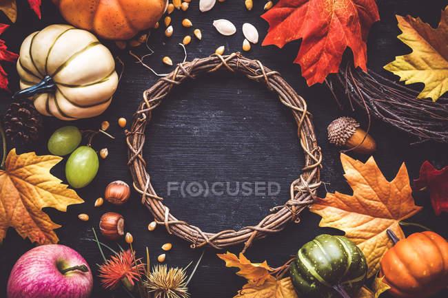 Водоспад до Дня подяки: вінок, осіннє листя, гарбузи, горіхи, жолуді, насіння кукурудзи, виноград і соснові шишки.. — стокове фото