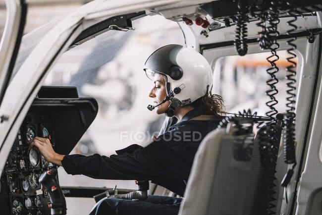 Женщина-пилот внутри вертолета — стоковое фото