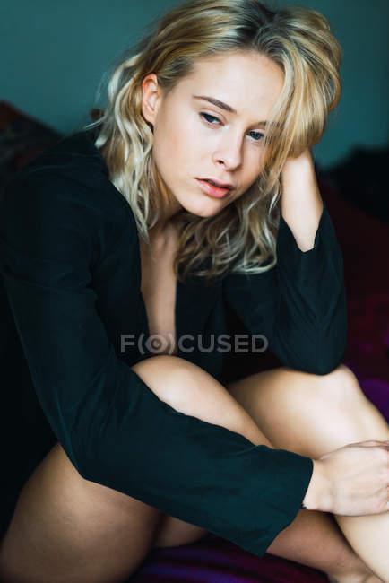 Чувственная блондинка девушка позирует на кровати — стоковое фото