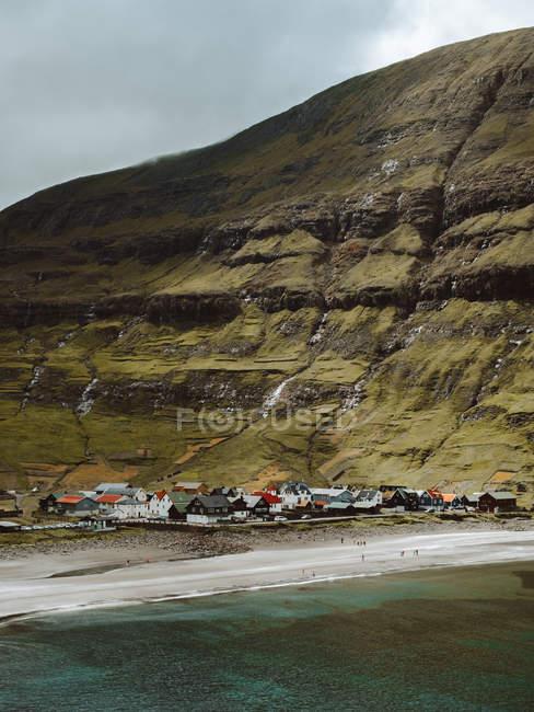 Небольшая живописная деревня на побережье в Зеленые скалы на Фарерские острова — стоковое фото