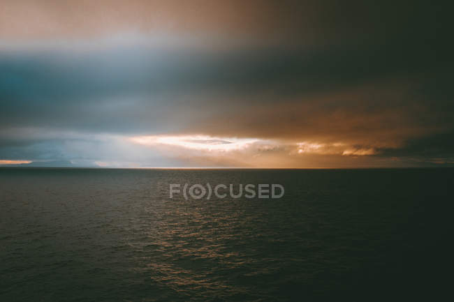 Picturesque view of cloudy evening sky and tranquil ocean on Feroe Islands — Stock Photo
