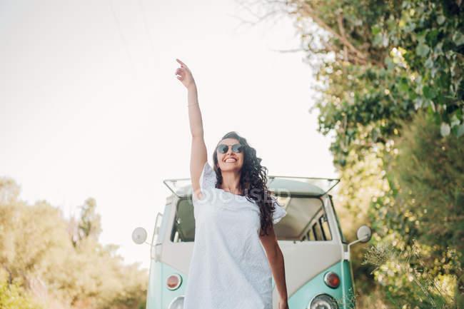 Веселий брюнетка жінка позує перед Ван в природі — стокове фото